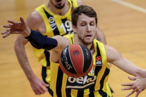 Ο Γιαν Βέσελι σε φάση από αγώνα Φενέρμπαχτσε - Ολυμπιακός στη EuroLeague 2020/21
