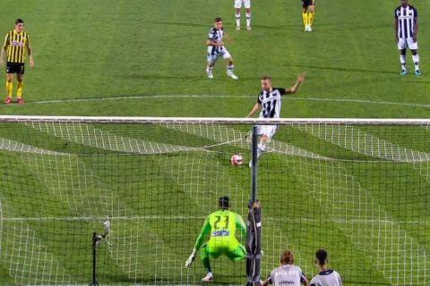 Ο Κούρτιτς εκτελεί το πέναλτι στο ΠΑΟΚ - ΑΕΚ για το 2-0 του Δικέφαλου