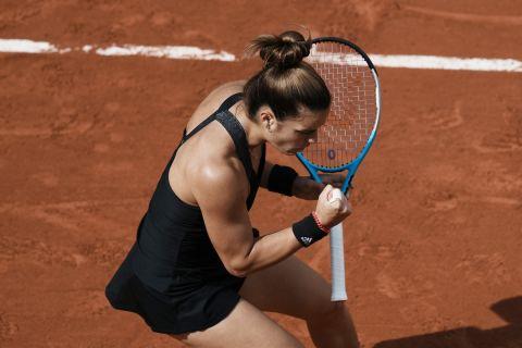 Η Σάκκαρη πανηγυρίζει πόντο κόντρα στην Κένιν για τους 16 του Roland Garros.