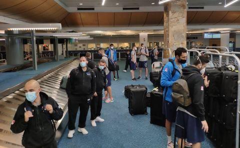 Η άφιξη της Εθνικής στο αεροδρόμιο του Βανκούβερ στον Καναδά