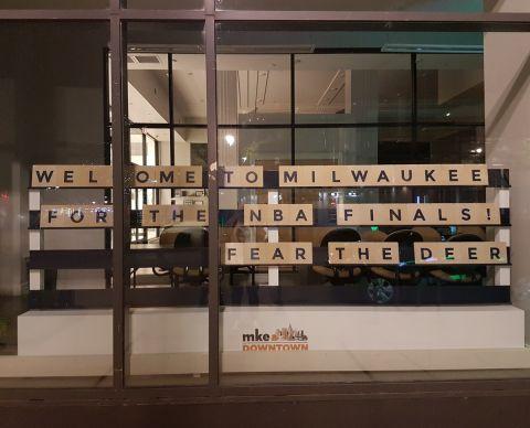 Μια βιτρίνα στο Μιλγουόκι, καλωσορίζει όσους έφτασαν στην πόλη για τους NBA Finals.