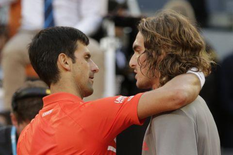 Ο Τζόκοβιτς αγκαλιάζει τον Τσιτσιπά μετά τον τελικό της Μαδρίτης το 2019.