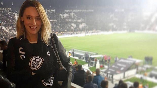 Η Άννα Κορακάκη με κασκόλ του ΠΑΟΚ στον αγώνα με τον Παναθηναϊκό