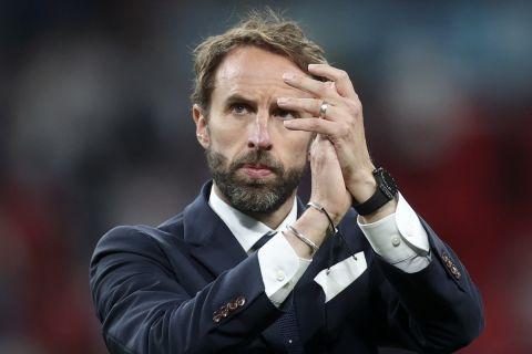Ο Γκάρεθ Σάουθγκεϊτ χειροκροτεί μετά την ήττα της Αγγλίας απ' την Ιταλία