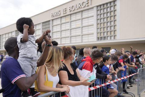 Οι φίλοι της Παρί περιμένουν τον Μέσι στο αεροδρόμιο Λε Μπουρζέ
