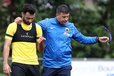 Ο Γιώργος Τζαβέλλας με τον Βλάνταν Μιλόγεβιτς σε προπόνηση της ΑΕΚ