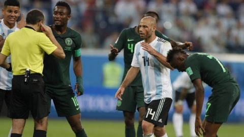 Argentina's Javier Mascherano gestures to referee Cuneyt Cakir during the group D match between Argentina and Nigeria, at the 2018 soccer World Cup in the St. Petersburg Stadium in St. Petersburg, Russia, Tuesday, June 26, 2018. (AP Photo/Ricardo Mazalan)