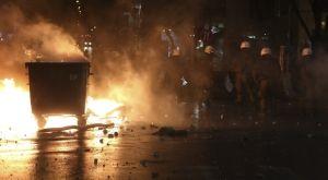 Επίθεση με πέτρες και φωτοβολίδες σε σύνδεσμο του ΠΑΟΚ στην Ομόνοια