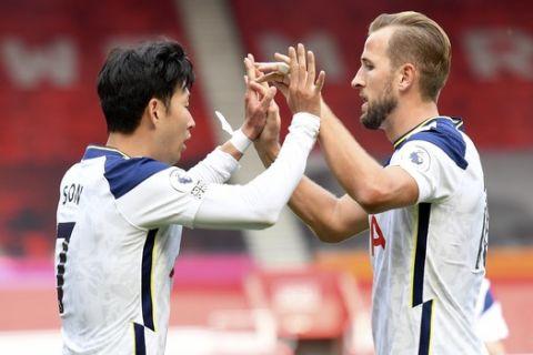 Ο Σον και ο Κέιν πανηγυρίζουν το τέρμα του πρώτου κατά τη διάρκεια της αναμέτρησης Σαουθάμπτον - Τότεναμ για την Premier League
