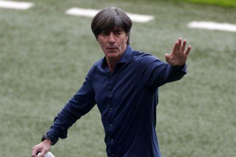 Ο Λεβ στην αναμέτρηση της Γερμανίας απέναντι στην Αγγλία για τη φάση των 16 του Euro 2020.