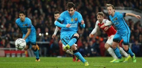 LONDON, ENGLAND - FEBRUARY 23: Lionel Messi of Barcelona scores a penalty during the UEFA Champions League round of 16 first leg match between Arsenal and Barcelona on February 23, 2016 in London, United Kingdom.  (Photo by Paul Gilham/Getty Images)
