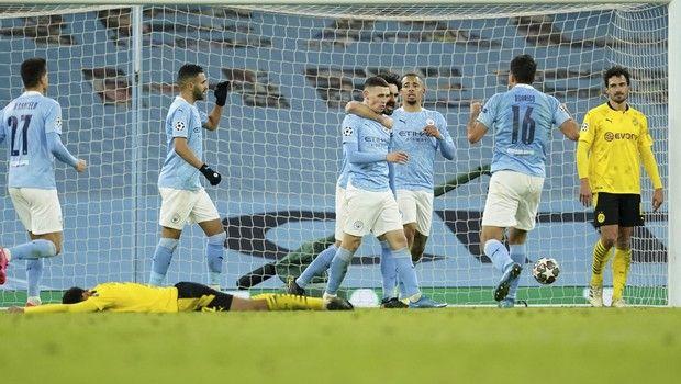 Ο Φόντεν πανηγυρίζει με τους συμπαίκτες του το γκολ επί της Ντόρτμουντ