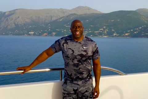 Ο Μάτζικ Τζόνσον απολαμβάνει τις διακοπές του στην Κέρκυρα