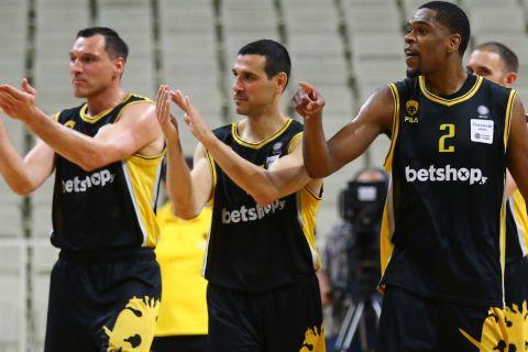 Ματσιούλις, Ζήσης και Μορέιρα χειροκροτούν ειρωνικά τους διαιτητές του αγώνα Παναθηναϊκός - ΑΕΚ (23/5/2021)