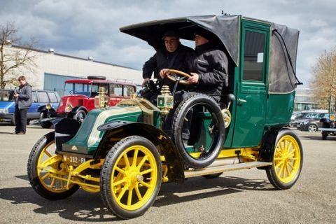Πήραν ταξί Renault μιας άλλης εποχής στο Παρίσι