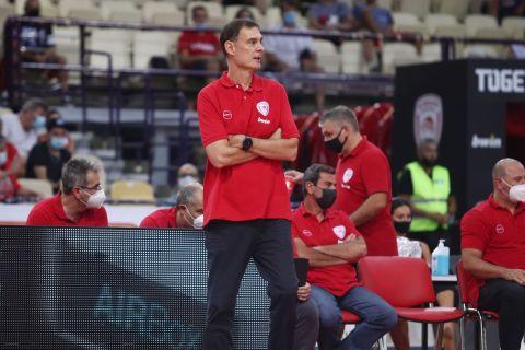 Ο Γιώργος Μπαρτζώκας στον πάγκο του Ολυμπιακού κατά τη διάρκεια φιλικού αγώνα με την Μονακό στο ΣΕΦ | 5 Σεπτεμβρίου 2021