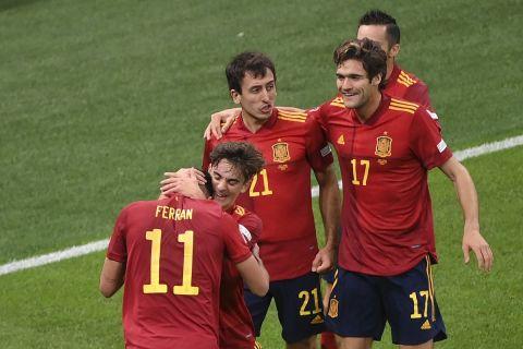 Οι παίκτες της Ισπανίας πανηγυρίζουν γκολ του Τόρες κόντρα στην Ιταλία