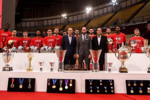 Ο Σπανούλης με τις κούπες και την ομάδα του Ολυμπιακού στη συνέντευξη Τύπου προς τιμήν του