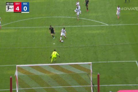 Η στιγμή που ο Βασίλης Λαμπρόπουλος βάζει αυτογκόλ για το 4-0 της Μπάγερν επί της Μπόχουμ