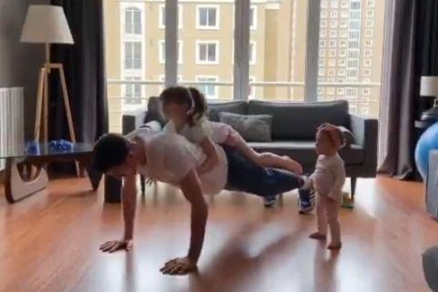 Κορονοϊός: Ο Ντε Κολό κάνει γυμναστική στο σπίτι με τις κόρες του