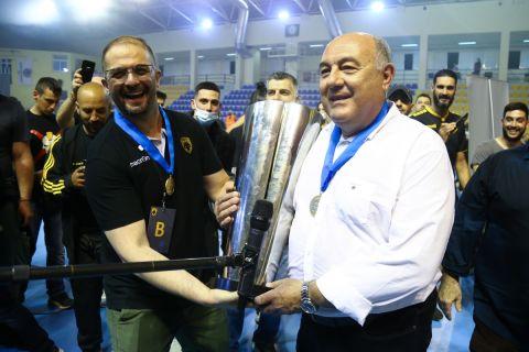 Ο προπονητής της ομάδας χάντμπολ της ΑΕΚ, Δημήτρης Δημητρούλιας με τον ιδιοκτήτη, Σταμάτη Παπασταμάτη