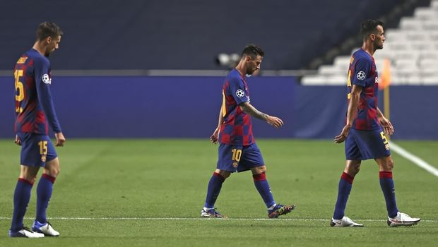 Barcelona's Lionel Messi, center, leaves he pitch at half time during the Champions League quarterfinal soccer match between Barcelona and Bayern Munich in Lisbon, Portugal, Friday, Aug. 14, 2020. (Rafael Marchante/Pool via AP)