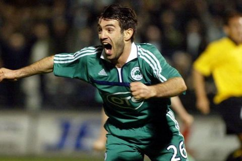 Ο Καραγκούνης πανηγυρίζει γκολ στο Παναθηναϊκός - ΑΕΚ στο γήπεδο της Λεωφόρου