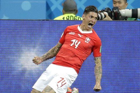 Ο Στίβεν Ζουμπέρ πανηγυρίζει γκολ που σημείωσε με την Ελβετία