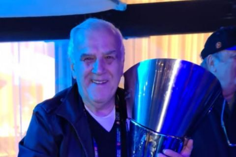 Ο Τίτος Κομνηνός με το τρόπαιο της EuroLeague