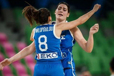Η Φασούλα αγκαλιά με τον Παυλοπούλου σε αγώνα της Εθνικής Γυναικών