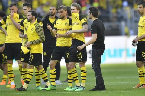 Dortmund's players stand on the pitch disappointed after losing the German Bundesliga soccer match between Borussia Dortmund and FSV Mainz in Dortmund, Germany, Saturday, May 5, 2018. (AP Photo/Martin Meissner)