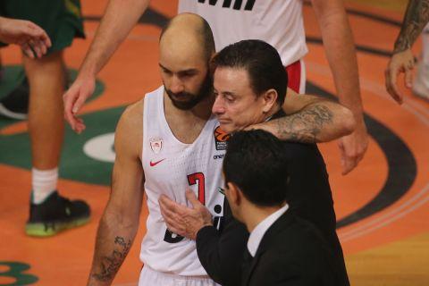 Ο Βασίλης Σπανούλης με τον Ρικ Πιτίνο στο ματς Παναθηναϊκός- Ολυμπιακός της EuroLeague 2019/20