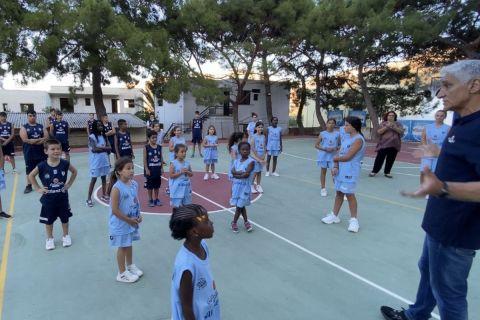 Ο Παναγιώτης Γιαννάκης διδάσκει μπάσκετ σε παιδιά στο πλαίσιο του Giannakis Academy