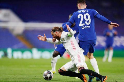 """Ο Σέρχιο Ράμος στο τελευταίο παιχνίδι που φόρεσε τη φανέλα της Ρεάλ Μαδρίτης. Επαναληπτικός ημιτελικός του Champions League στο """"Στάμφορντ Μπριτζ"""" απέναντι στην Τσέλσι (5/5/2021)."""