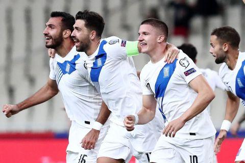 Οι Τάσος Μπακασέτας, Χρήστος Τζόλης και Βαγγέλης Παυλίδης πανηγυρίσει τη νίκη της Εθνική Ελλάδας επί της Σουηδίας