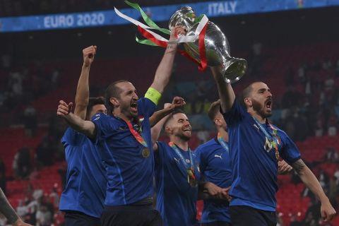 Οι παίκτες της Ιταλίας παρουσιάζουν με το τρόπαιο την κατάκτηση του Euro 2020