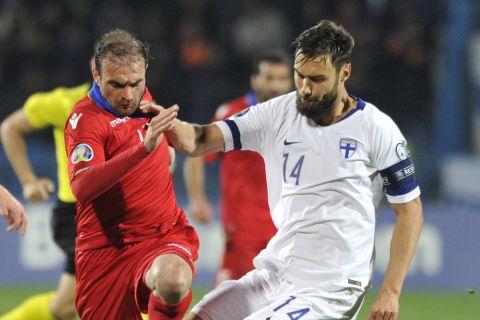 Ο Τιμ Σπαρβ μάχεται για την μπάλα στην αναμέτρηση της Φινλανδίας με την Αρμενία για τα προκριματικά του Euro 2020.