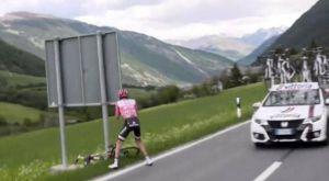 O πρωτοπόρος του Giro d' Italia σταμάτησε για να κάνει την ανάγκη του!