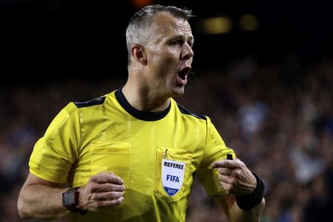 Referee Bjorn Kuipers talks to Barcelona's Neymar during the Champions League quarterfinal second leg soccer match between Barcelona and Juventus at Camp Nou stadium in Barcelona, Spain, Wednesday, April 19, 2017. (AP Photo/Emilio Morenatti)