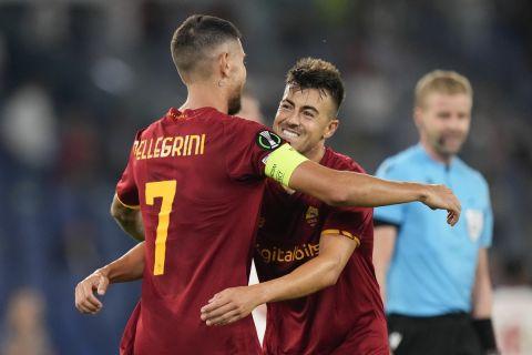 Οι Στεφάν Ελ Σααραουί και Λορέντσο Πελεγκρίνι πανηγυρίζουν γκολ της Ρόμα κόντρα στην ΤΣΣΚΑ Σόφιας στο Europa Conference League | 16 Σεπτεμβρίου 2021