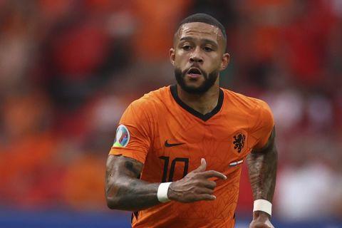 Ο Ντεπάι κοντρολάρει την μπάλα στο Ολλανδία - Αυστρία για το Euro 2020.