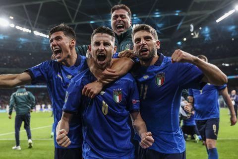 Οι παίκτες της Ιταλίας πανηγυρίζουν την πρόκριση στον τελικό του Euro 2020
