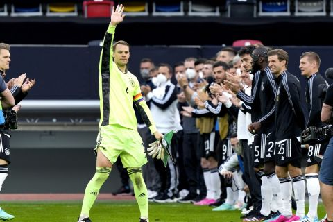 Ο Μάνουελ Νόιερ χαιρετάει στο πασίγιο των συμπαικτών του για την 100η συμμετοχή του στο Γερμανία - Λετονία.