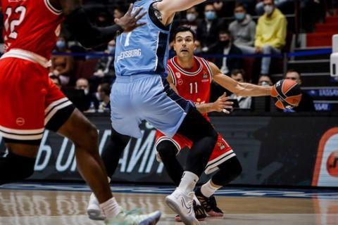 Ο Κώστας Σλούκας σε στιγμιότυπο από τον αγώνα Ζενίτ - Ολυμπιακός για την 7η αγωνιστική της EuroLeague 2020/21