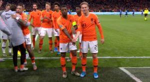 Ολλανδία: Πανηγυρισμός γροθιά στον ρατσισμό από Βαϊνάλντουμ – Ντε Γιονγκ