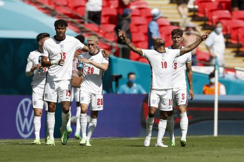 Οι παίκτες της Αγγλίας πανηγυρίζουν το γκολ του Στέρλινγκ