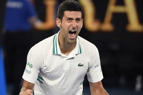 O Nόβακ Τζόκοβιτς πανηγυρίζει την κατάκτηση του Australian Open 2021