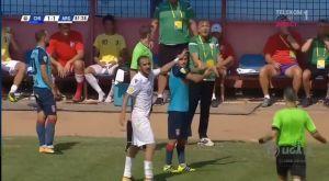 Προπονητής ανέτρεψε τον αντίπαλο επιθετικό και αποβλήθηκε (VIDEO)