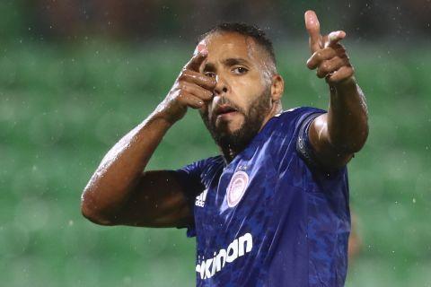 Ο Αραμπί πανηγυρίζει το γκολ του στο Λουντογκόρετς - Ολυμπιακός
