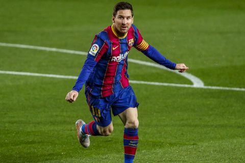 Ο Λιονέλ Μέσι πανηγυρίζει αφού σκόραρε με την Μπαρτσελόνα κόντρα στη Χετάφε στη La Liga